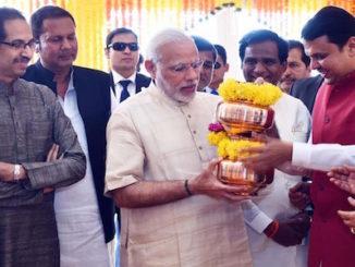 Mumbai: Prime Minister Narendra Modi during the Kalash Arpan ceremony at Girgaum Chowpatty in Mumbai on Dec 24, 2016. Also seen Maharashtra Governor C Vidyasagar Rao, Chief Minister Devendra Fadnavis and Shiv Sena chief Uddhav Thackeray. (Photo: IANS)